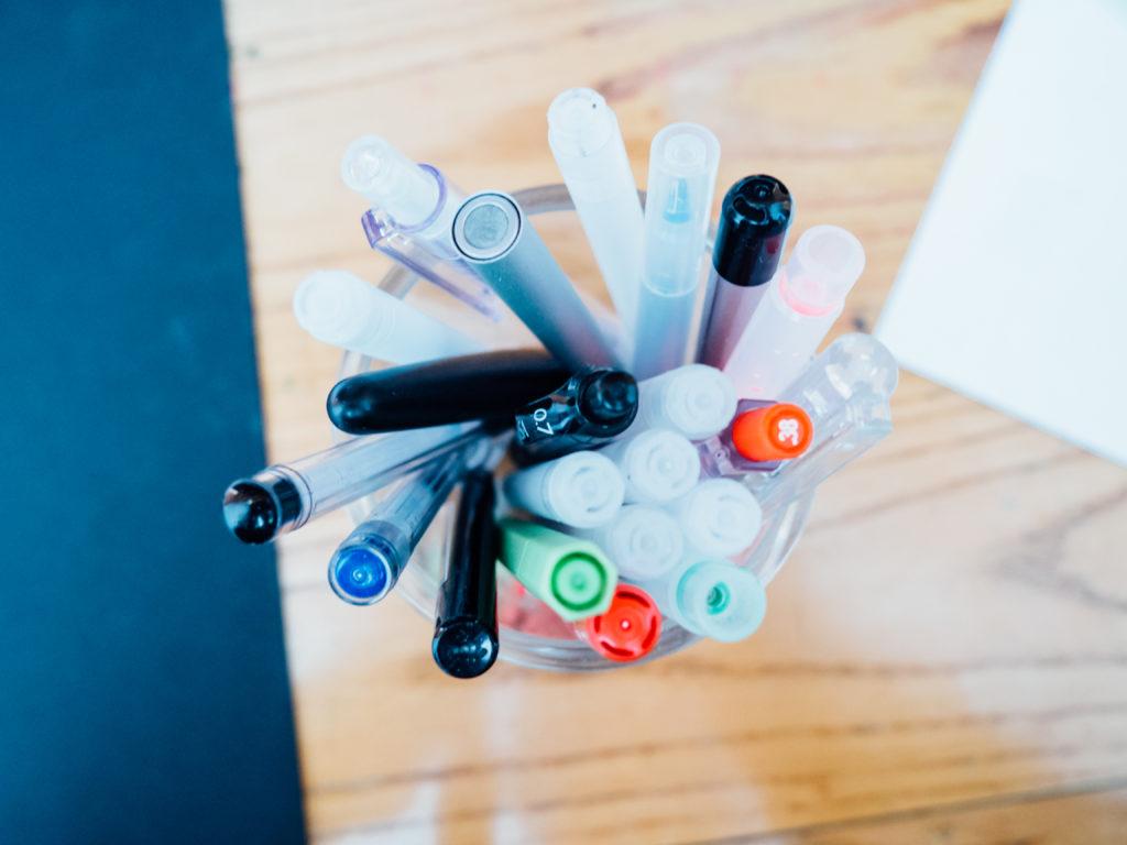 A vos stylos pour constituer votre liste de mots clés pour votre contenu web ! Je vous aide grâce à mon freebee à télécharger gratuitement.